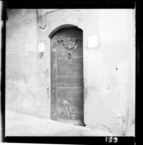 Porte d 39 entr e en bois d 39 une maison ancienne dans la for Porte d entree maison ancienne
