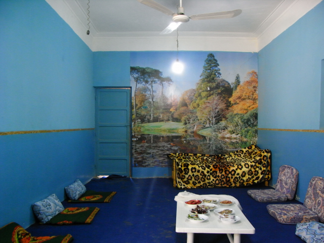Salon de Muhammed Khaled et son poster mural, Battesti Vincent
