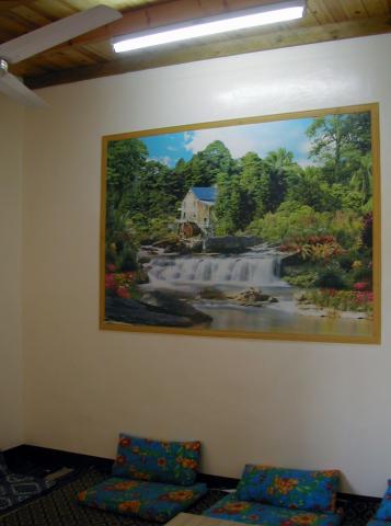 Salon de Fathi Malim et son poster mural, Battesti Vincent