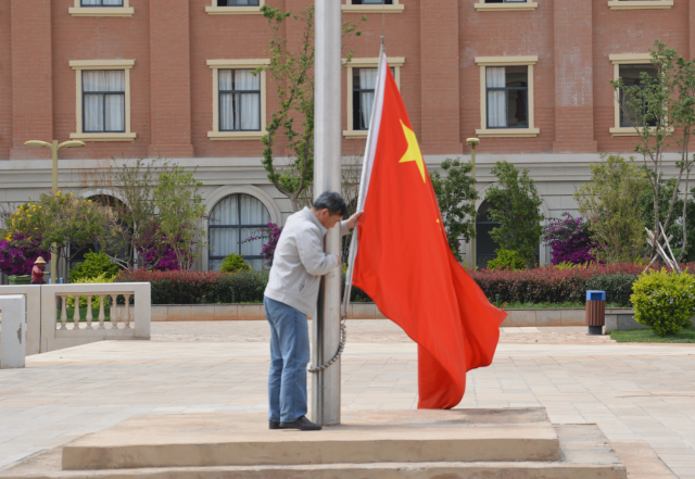 Raising China's flag in Kunming new town, Ai Chi-Han