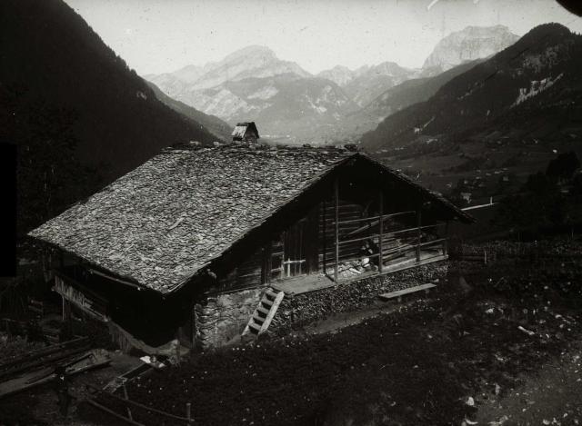 France : Alpes : Rhône-Alpes : Haute-Savoie : Chalet traditionnel dans la vallée d'Abondance