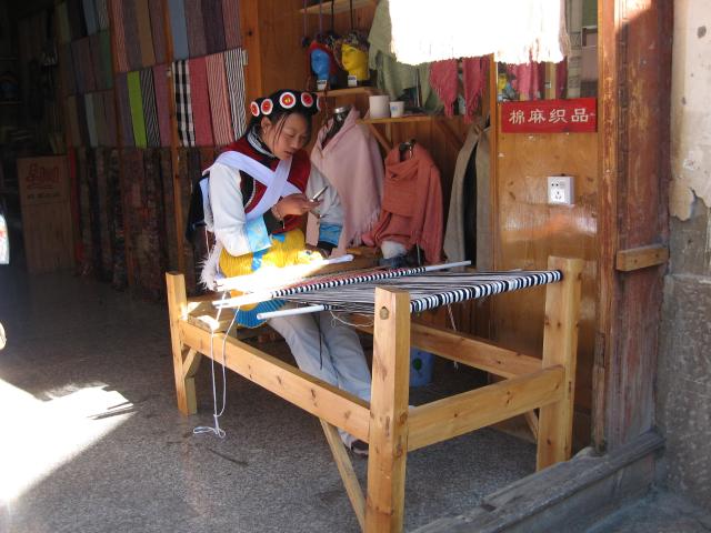Jeune tisseuse naxi avec son téléphone portable, Wang Ju