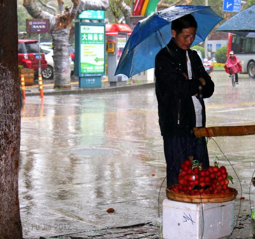 Man standing in the rain, Fu Jie .